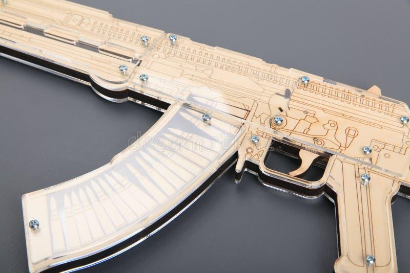 Arme à feu en bois de jouet sur le fond gris image libre de droits