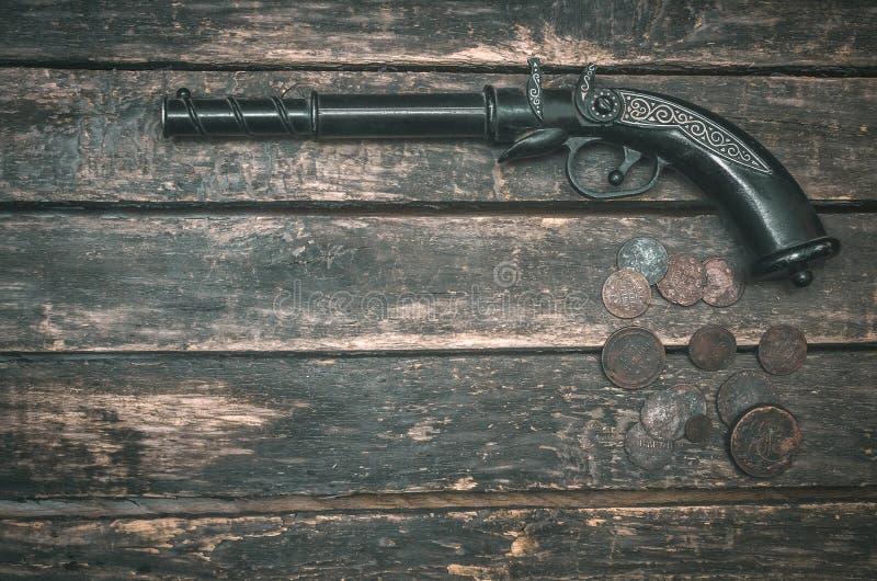Arme à feu et argent images stock