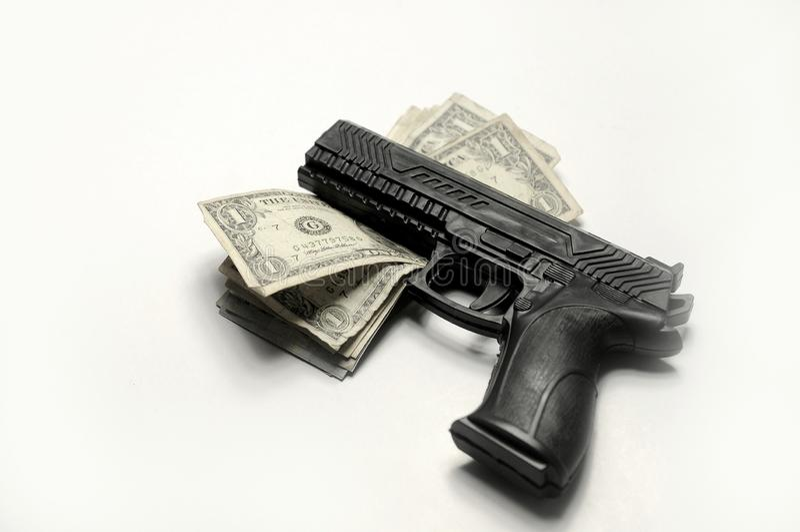 Arme à feu et argent sur le fond blanc photo libre de droits