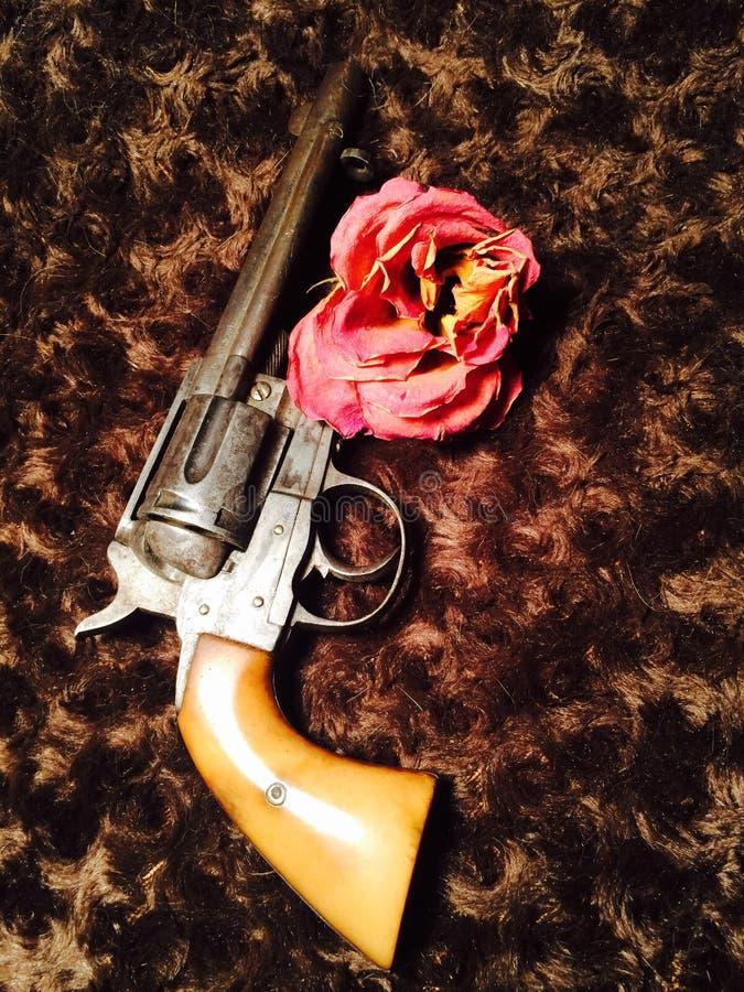 Arme à feu et roses photos libres de droits
