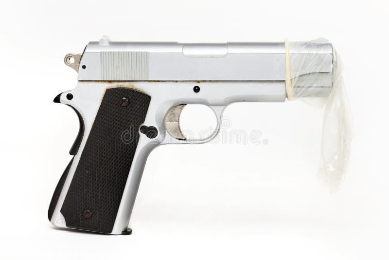 Arme à feu protégée par un préservatif Sexe sûr images stock