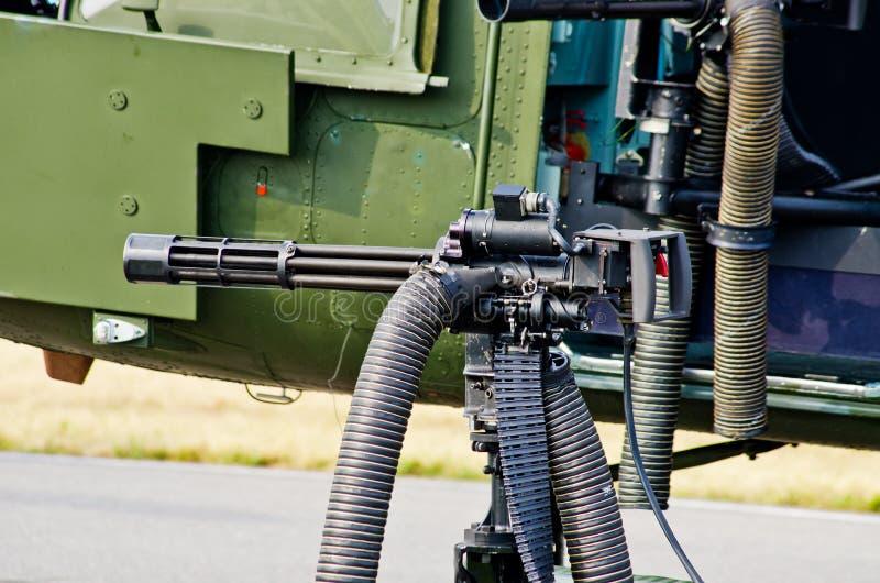 Arme à feu sur l'hélicoptère images stock