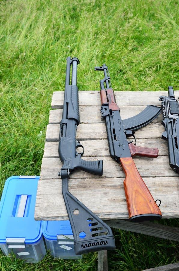 Arme à feu sur la table dehors image stock