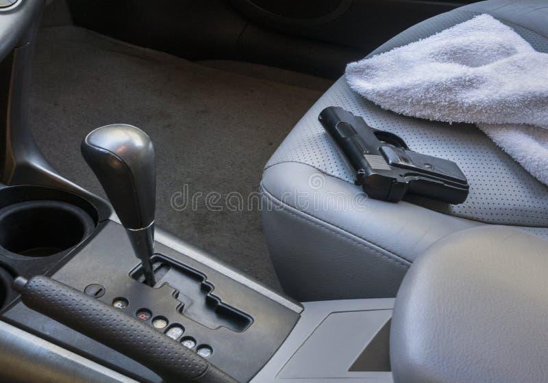 Arme à feu sur le siège de voiture images stock
