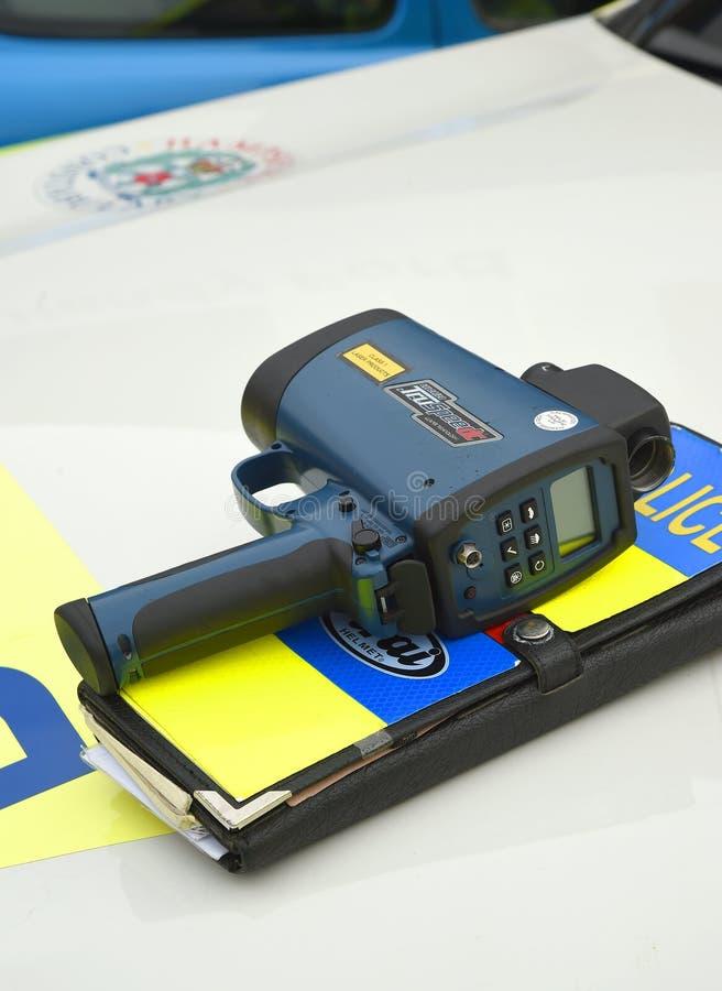 Arme à feu tenue dans la main de vitesse de laser sur le véhicule de police photographie stock libre de droits