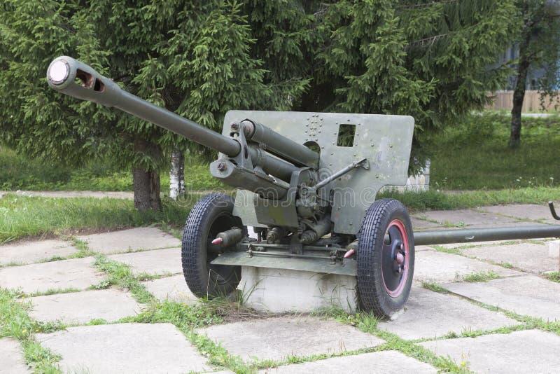 Arme à feu ZIS-3 d'artillerie dans la place près des soldats tombés de monument dans la deuxième guerre mondiale le village Syamz photos stock