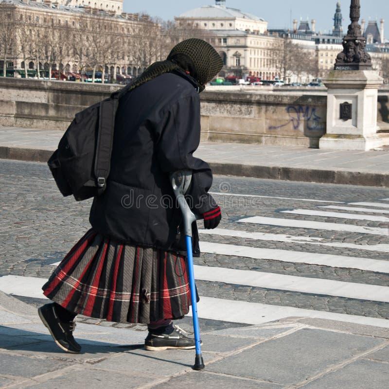 arme alte Zigeunerfrau mit Krücke stockfotos