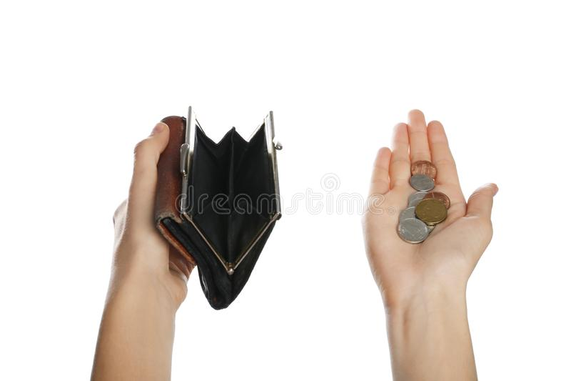 Arme, die leere Geldbörse und Münzen halten stockbilder