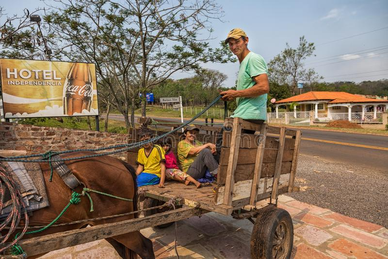 Arme einheimische Familie in Paraguay mit einachsigem Wagen und Pferd stockbilder