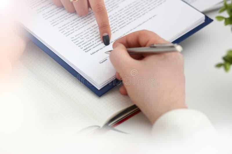 Arme el formulario importante del terrapl?n y de la muestra acortado para rellenar fotos de archivo