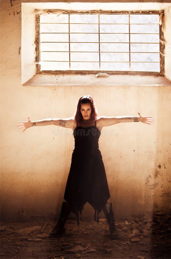 Arme hoben gotisches Mädchen an lizenzfreie stockbilder