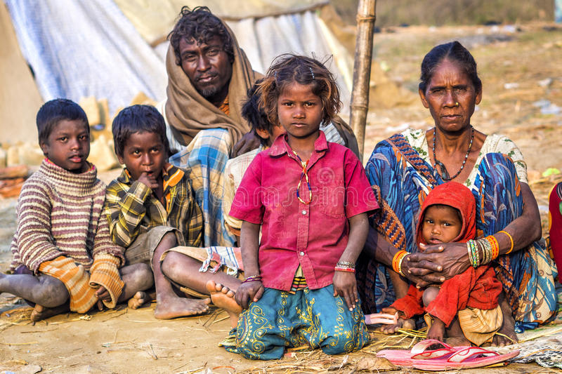 Arme indische Familie, die auf der Straße in Allahabad, Indien bittet stockfotografie