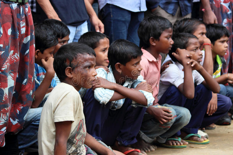 Arme indische Kinder auf der Straße stockfotografie