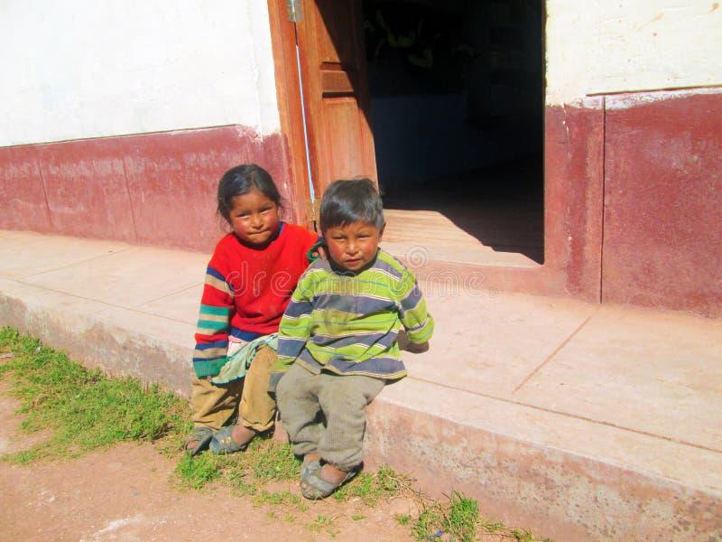 Arme Kinder, die Schule besuchen stockfotos