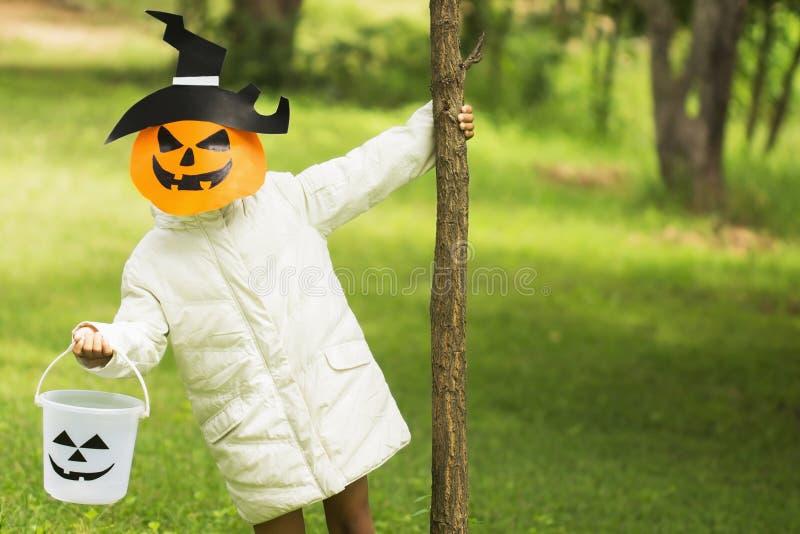 Arme Kinder spielen Halloween mit der handgemachten Maske lizenzfreie stockfotos