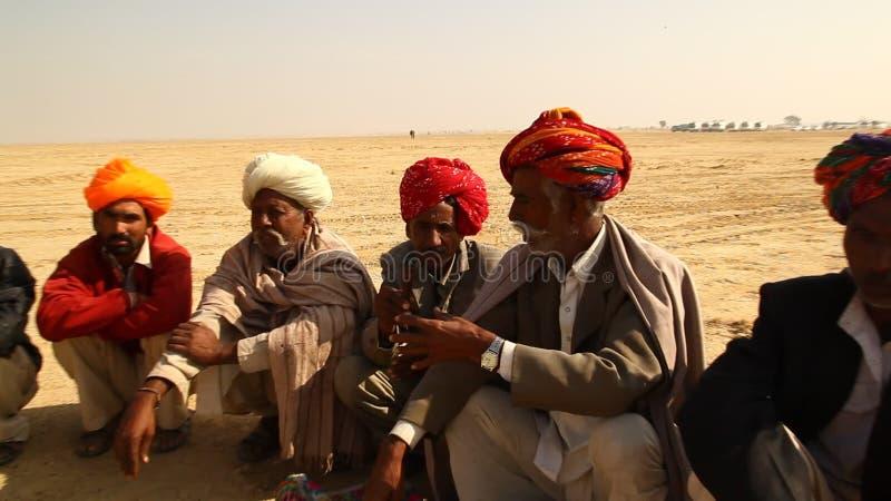 Arme Leute des Dorfs, die in Disert rauchen stock video footage