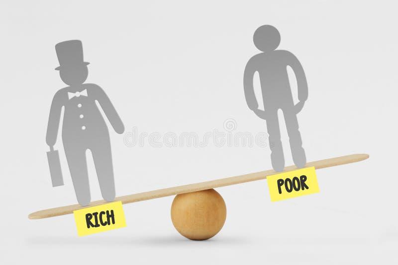 Arme und reiche Leute auf Balancenskala - Konzept der sozialer Ungleichheit zwischen Reichen und armen Leuten lizenzfreie stockfotos