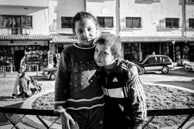 Arme Zigeunerjugendliche und ihr Bruder stockbild