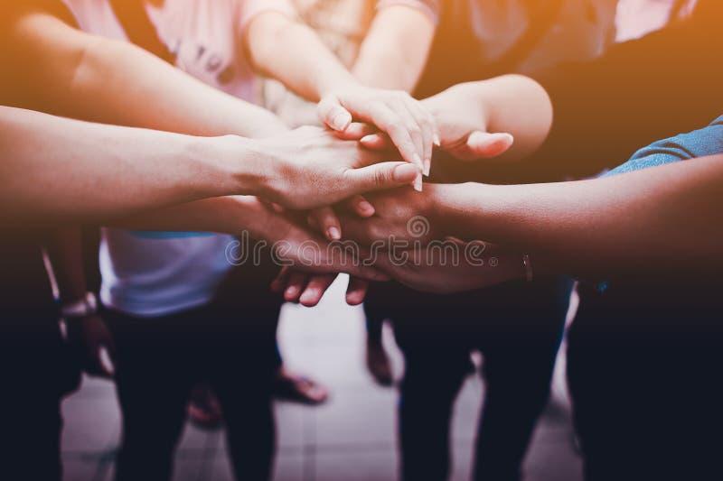 Arme zusammen, Teamwork Zusammenarbeits-Bemühung, Absicht das Ziel des Lebens ist klar lizenzfreies stockbild