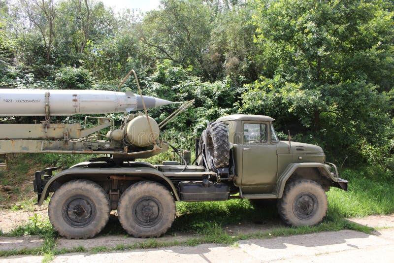 Armee-LKW mit Rakete lizenzfreies stockbild