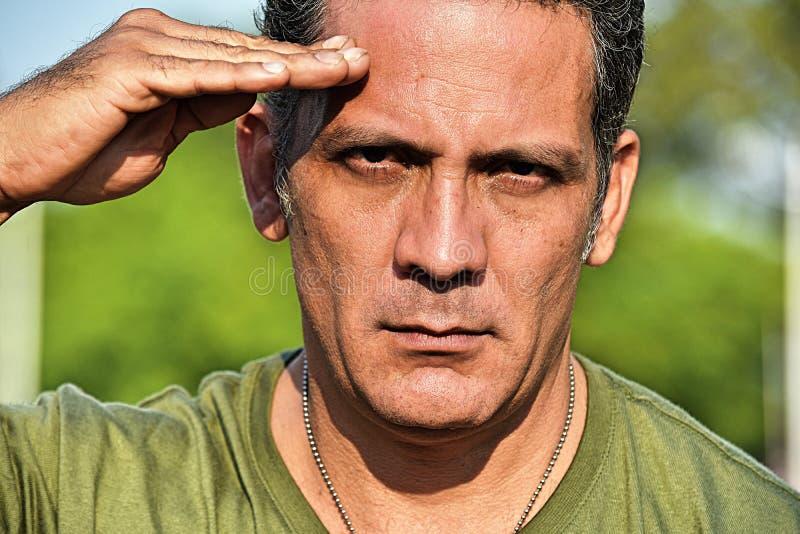 Armee-männlicher Soldat Saluting lizenzfreies stockbild