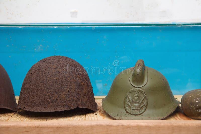 Armee-Sturzhelm der Weinlese-WWII im militärischen sowjetischen Bunker lizenzfreies stockfoto