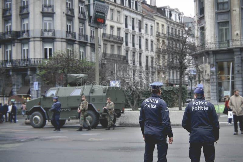Armee und Polizei auf der Straße von Brüssel stockbilder