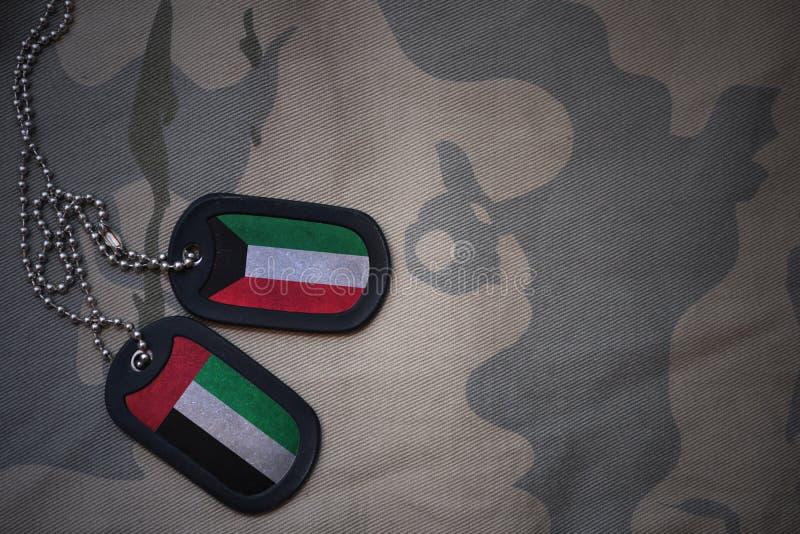 Armeefreier raum, Erkennungsmarke mit Flagge von Kuwait und Vereinigte Arabische Emirate auf dem kakifarbigen Beschaffenheitshint stockfoto
