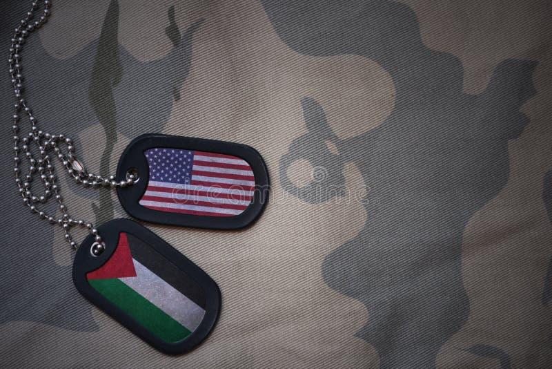 Armeefreier raum, Erkennungsmarke mit Flagge von Staaten von Amerika und Palästina auf dem kakifarbigen Beschaffenheitshintergrun stockfotos