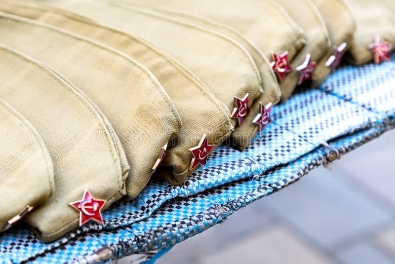 Armeekappen mit rote Sterne, Militäruniform lizenzfreie stockbilder
