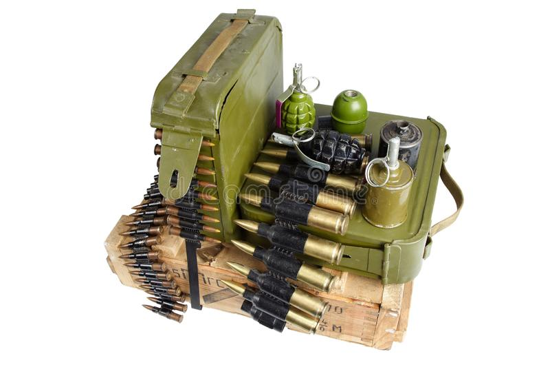 Armeekasten Munition mit Munitionsgurt- und -handgranaten stockbild