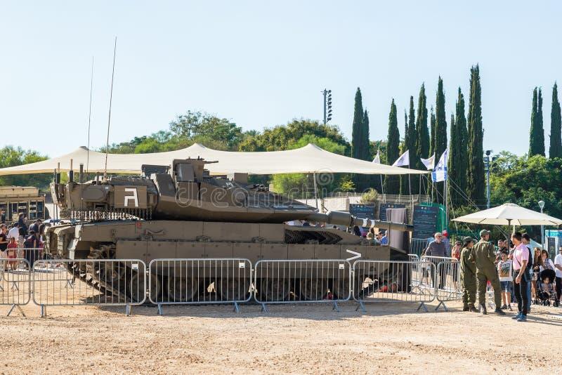 Armeelehrer sagen Besuchern der Ausstellung über den Merkava-Panzer am Armeeausstellung ` unserem IDF-` stockbilder