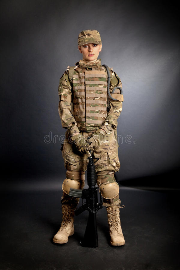 Armeemädchen mit Gewehr lizenzfreie stockfotografie