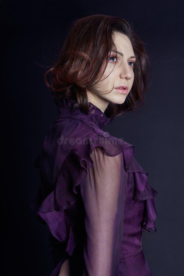 Armeens de vrouwenportret van de contrastmanier met grote blauwe ogen op a stock foto's
