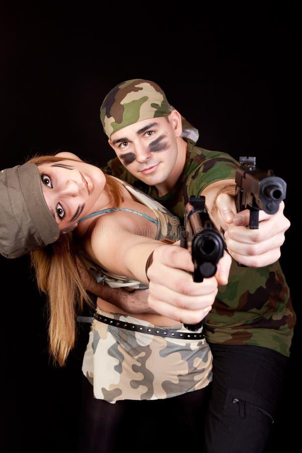 Armeepaare mit Gewehren lizenzfreie stockbilder