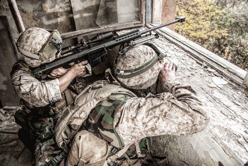 Armeescharfschütze-Teamschießen mit großem Kalibergewehr stockfotografie