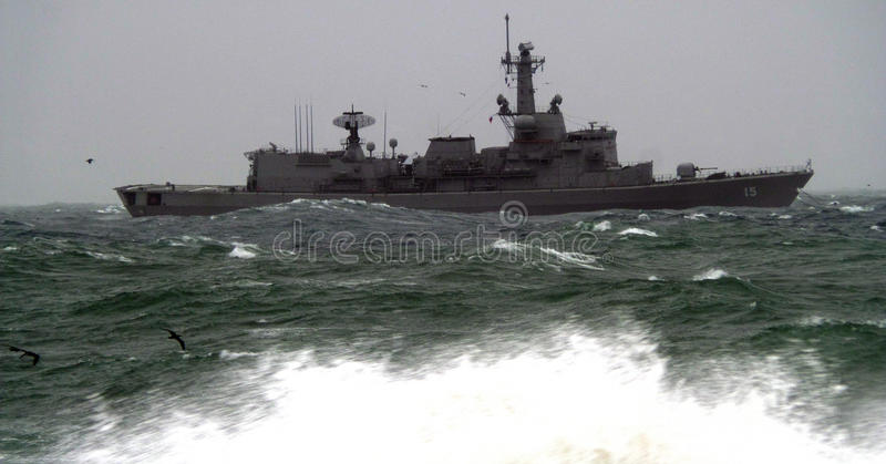 Armeeschiffsabflussrinne das raue Meer stockfoto