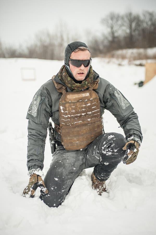 Armeesoldat in der Militär- und Tarnungsuniform mit kompletter Ausrüstung lizenzfreie stockfotos