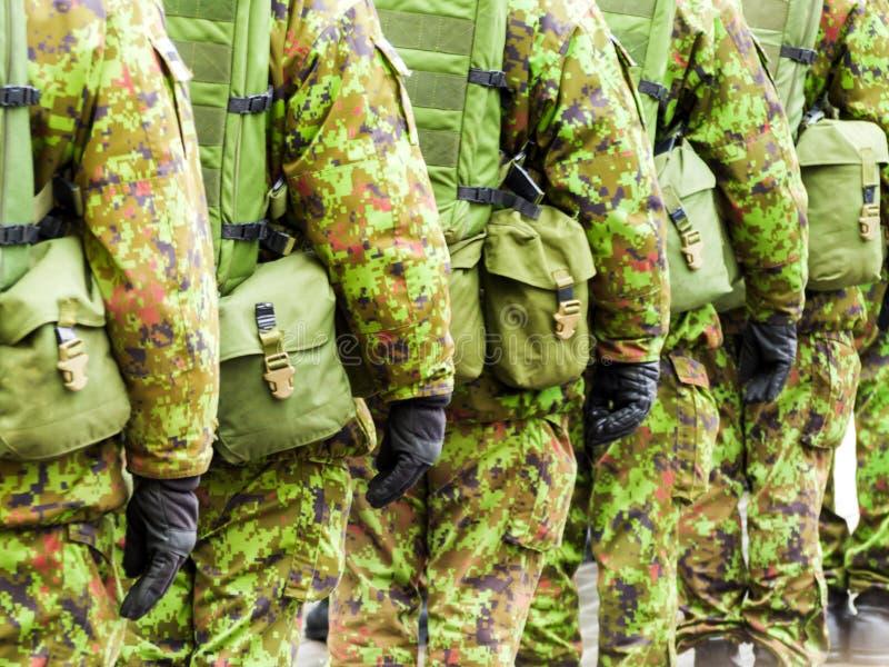 Armeesoldaten, die auf die Straßen marschieren lizenzfreies stockbild