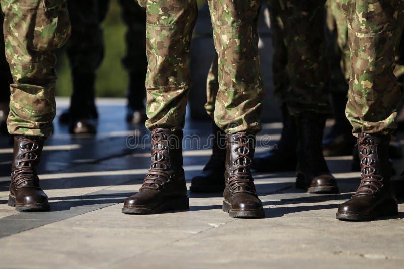 Armeesoldatuniformen und -stiefel lizenzfreie stockbilder