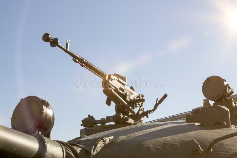 armement le tube de canon sur un véhicule militaire armée image stock