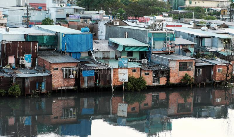 Armen Downgrade-Flussuferhaus stockfotografie
