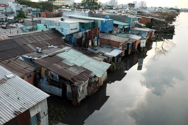 Armen Downgrade-Flussuferhaus stockbild