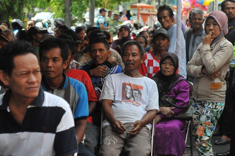 Armen een rij gevormde contant geldhulp van de overheid royalty-vrije stock afbeeldingen