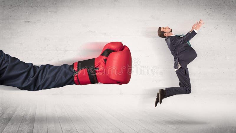 Armen med boxninghandskar sl?r begrepp f?r kontorsarbetare royaltyfria bilder