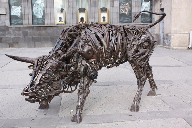 armenia yerevan Escultura del arte de Bull de viejos mecanismos del hierro en viejo centro de ciudad foto de archivo libre de regalías