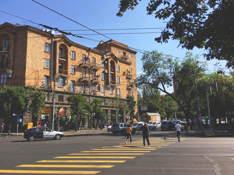 Armenia, Yerevan Marshal Bagnramyan Avenue, crossroad Sunny Morning 4 settembre 2019 fotografie stock libere da diritti