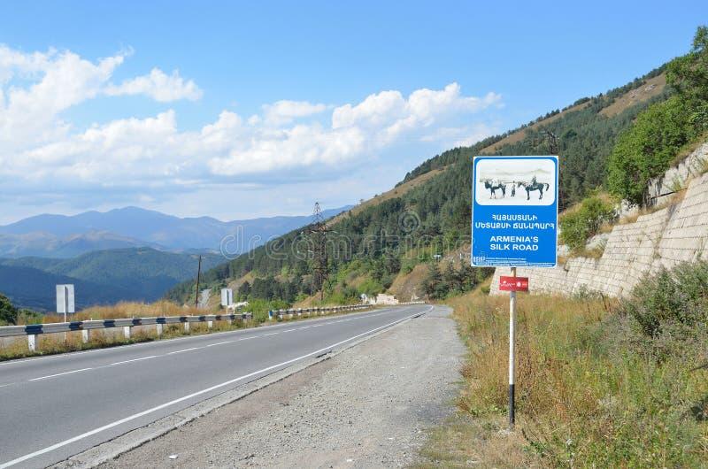 Armenien September, 10, 204 Vägen i Armenien, vägmärkeArmenien den siden- vägen arkivfoto