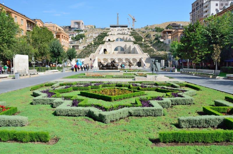 Armenien sikten av Yerevan, kaskad royaltyfri bild