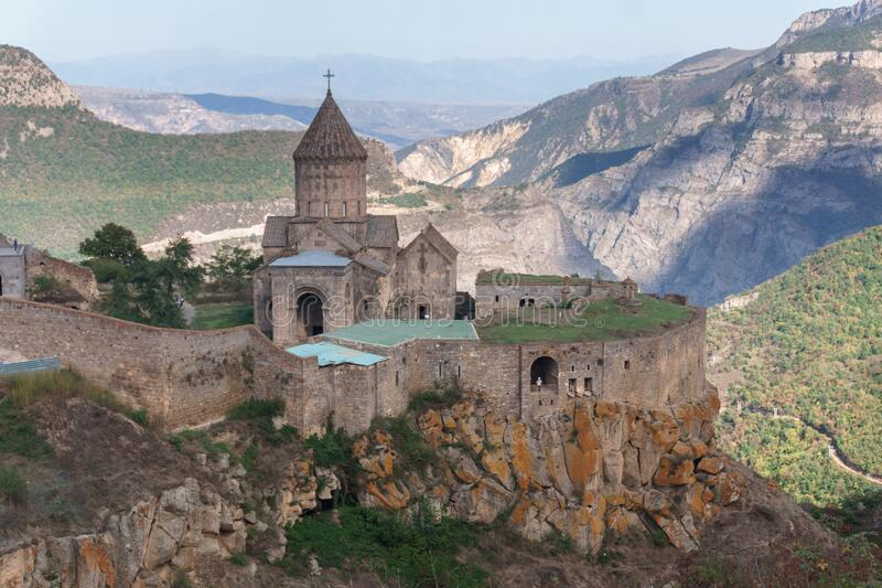 Armenien Tatev Kloster vor dem Hintergrund einer majestätischen Landschaft stockfotos